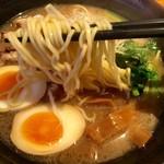麺処 鳴神 - 麺をしっかりリフトアップ!