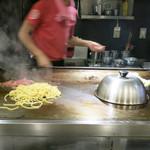 焼きそば専門店 寿座 - 真正面なので調理の様子が良く見えます