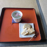 5643537 - さくら茶と葛餅。作りたてプルプル