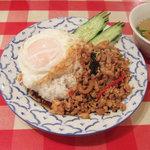 ティーヌン - ガパオ・ガイ:鶏挽肉のバジル炒めごはん(910円)