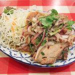 ティーヌン - ナムトック:豚肉の炙り焼きのスパイシーサラダ(950円)