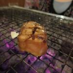 岩山海 - サーモンの刺身を七輪で醤油タレをかけながら焼きました