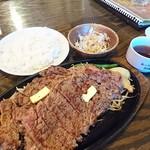 1ポンドのステーキハンバーグ タケル - チャックアイ1ポンド3110円肉は2枚で1ポンドです。敷いてるモヤシが味なくて美味しくないので要らないかな。肉は程よく柔らかく美味しいですね