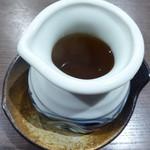 玉子焼専門店 松竹 - 蕎麦つゆみたいに運ばれてくる。