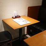 六行亭 - 店内:テーブル
