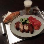 肉の荒井亭 - 晩御飯チーズチキンカツ、190円、パン100円、 野菜タダ
