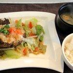 パラクレートス西村 - 和風ランチ ¥1280 の 野菜たっぷりハンバーグ、味噌汁、ご飯