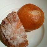 セゾン - くるみとイチジクのパン(手前)