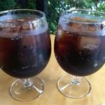 ボスドッグ - たっぷりグラスに注がれたコーラ