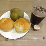 ブレッドガーデン - パン各種とアイスコーヒーです