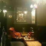 NOLA - 秘密の隠し部屋のような奥のソファー席