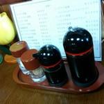 大富士 - テーブルの調味料 塩、醤油、ソース