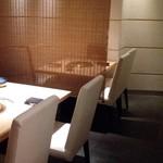 焼肉芝浦 - ゆったりと静かな半個室のお席。