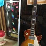 びいどろ - 店内…店主さまのギター?