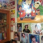 びいどろ - 店内…昭和のアイドルのレコードとアラレちゃんのポスター「んちゃ♪」