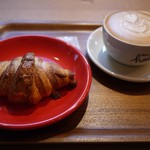ネイバーフッドアンドコーヒー - 慣れないカフェラテとアーモンドクロワッサンで頑張って和んでみる。