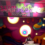 KAWAII MONSTER CAFE - 4F入り口。目玉が動いてま〜す。待ち時間に入場料の説明とメニューを見せてくれます。