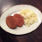 肉の荒井亭 - コロッケには、付け合わせは、キャベツ湯がいたの❣️