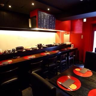 黒と赤で落ち着いた印象。食器は栃木県名産「益子焼」