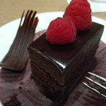 レストラン オーロラ - フランボワーズ載せチョコレートケーキ