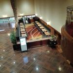 レストラン オーロラ - 2階から見た1階のカフェ