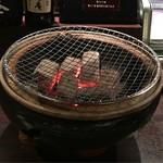 焼肉 菜好牛 - カウンター席は炭火で焼肉を楽しめます。