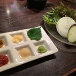 Yakinikusaikougyuu - サービスの焼き野菜と薬味のパレット