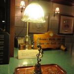 日光金谷ホテル - フロントのスタンドもレトロ