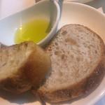 56510774 - A-course_a.エスタサラダのセットのパン                       自家製パン(平らなスライス)と右:バケット                       2016/09/24(土)11:30頃訪問