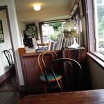 夏への扉 - 内観・この書棚に夏への扉が置いてあります