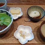 Ishibekoujimamecha - 漬けマグロとアボカドの胡麻だれどんぶり