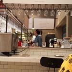 ベジバル キュウシュウ - 左下がセルフのパンオーブン!最近ちょこちょこ見かけるやつ! これあるだけで楽しい。 前から入れて後ろからでてくるタイプ。