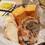 ベジバル キュウシュウ - パン・スープ・ドリンクは、ビュッフェ形式 パンはかなりレベル高! 3種のオリーブオイル・岩塩・クリームチーズ系あり ドリンクは、ベジウォーター4種・オレンジj・コーヒーと充実