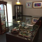 ジェラテリア チャオ - イートインスペースの奥に人形の展示室