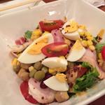 丸鶏FUJI - スモークチキンのコブサラダ