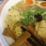 大阪ふくちぁんラーメン - 麺は中細麺ストレート