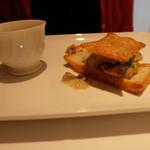 デジーノ - ツレの前菜はあわび茸などのキノコをパイ生地で挟んであります
