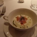 デジーノ - ポテトのスープを周りに流し込んだベーコンと玉ねぎのブラマンジェ