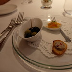 デジーノ - アミューズは自家製オリーブと豚肉のリエット、白身魚のエスカベッシュ