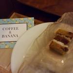 コーヒー&バナナ - 小さなキャロットケーキ(税込200円)とポストカード大のショップカード。