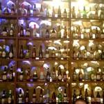 GLASS DANCE - 壁にはズラッと並んだビール瓶