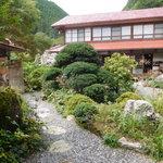 コーヒー 紗蔵 - 中庭と古民家