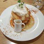 カフェ&ブックス ビブリオテーク - 洋ナシとカスタードクリームソースのパンケーキ