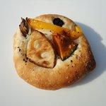ネコヤベーカリー - 料理写真:秋野菜のフォカッチャ