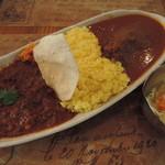 ミルフルクト - 料理写真:2種盛り(チキンマサラカレー・ポークビンダルー)