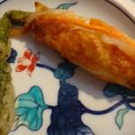 玖子貴 - ◆アスパラ(170円)・・これもビジュアルに魅かれて購入。 アスパラの周囲を「玉ねぎ・人参」などが入った練り物で巻き揚げてあります。 普通に美味しいかしら。