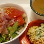 モジモジ カフェ - ハンバーグプレートのサラダ、スープです。