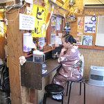 まんぼ亭 - 店主さんがコツコツと改築している店内。こちらは黄昏たいアナタにぴったりのカウンター席。2~3名用。