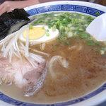 まんぼ亭 - 博多和とんこつらーめんの極太麺700円。細麺は600円。