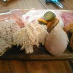 クラシク - 前菜の豚のパテやハムやの盛り合わせ
